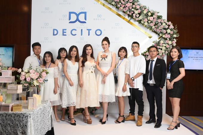 Sự kiện ra mắt thương hiệu mỹ phẩm Decito thu hút nhiều khách mời, đối tác... trong đó có Á hậu Việt Nam 2012 Tú Anh.