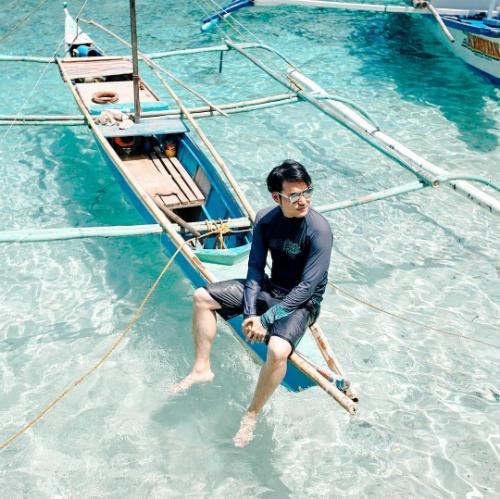 Quang Vinh một mình một thuyền dạo chơi ở Palawan(Philipines). Khung cảnh đẹp và nước biển trong xanh nơi đây được ví như thiên đường nơi hạ giới.