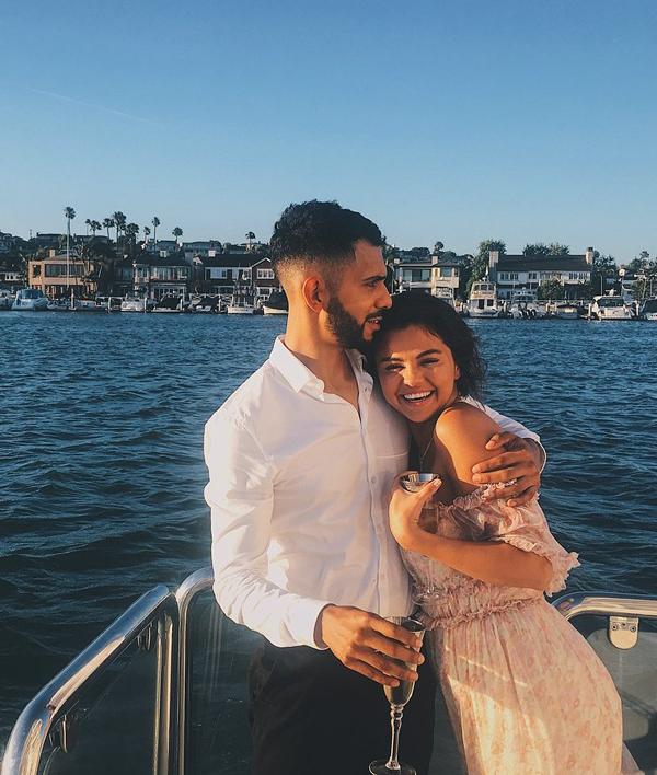Selena Gomez được bạn bè tổ chức sinh nhật trên du thuyền ở Newport Beach, California. Trông cô rất hạnh phúc khi chụp ảnh cùng một người bạn nam.