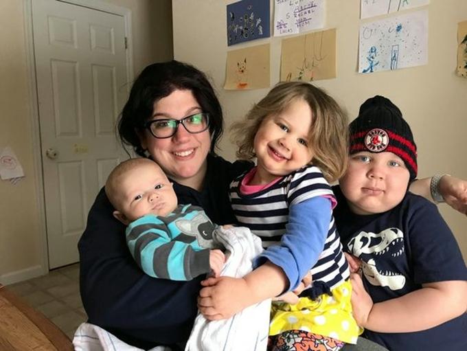 Lucas, Joanna, hai con của Lindsay và chồng cũ, rất yêu béHarrison, con riêng của mẹ.