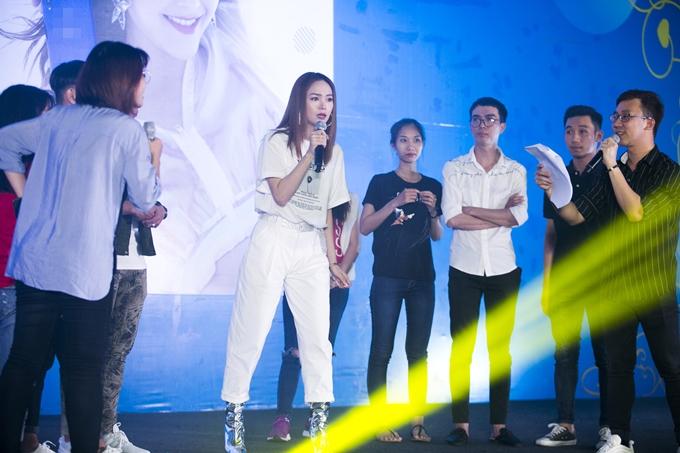 Minh Hằng vừa tổ chức một buổi họp fan với sự tham gia của 500 sinh viên tại trường Đại học Tôn Đức Thắng, TP HCM vào tối 24/7.