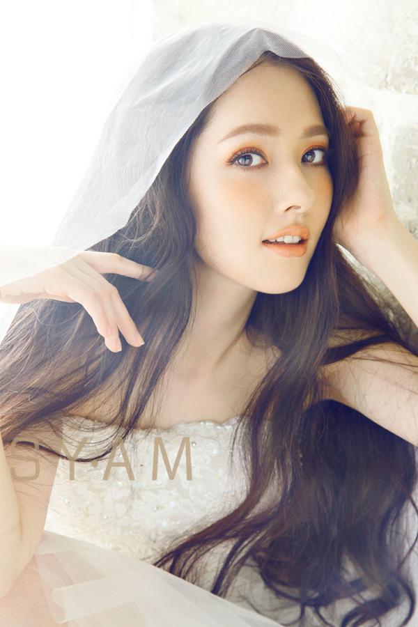 Mỹ nhân Quách Bích Đình sinh ra tại Đài Loan và mang trong mình 1/4 dòng máu Mỹ. Năm 18 tuổi Quách Bích Đình hoạt động trong lĩnh vực người mẫu cho các tạp chí như BEAUTY, RAY và nhiều tờ báo nổi tiếng khác. Ngoài ra cô còn tham gia diễn xuất trong một số MV ca nhạc của những ca sĩ hàng đầu Trung Quốc, Hong Kong, Đài Loan. Năm 2013, nhờ vai diễn Nam Tương trong bộ phim đình đám Tiểu thời đại, người đẹp được nhiều khán giả biết đến hơn và phong cho danh hiệu Nữ thần hoa muội. Tác phẩm truyền hình có sự góp mặt của Bích Đình và Trịnh Khải lên sóng trên màn hình nhỏ nhưng không nhận được nhiều lời khen từ công chúng. Hiện tại, mỹ nhân vẫn cố gắng phấn đấu đi tìm vị trí cho mình trong làng giải trí Hoa ngữ.