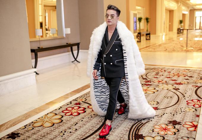 Nam ca sĩ trông sang trọng, quyền lực với áo choàng lông, vest đen và giày hiệu bóng loáng. Anh tiết lộ đã chi tiền tỷ cho MV này.