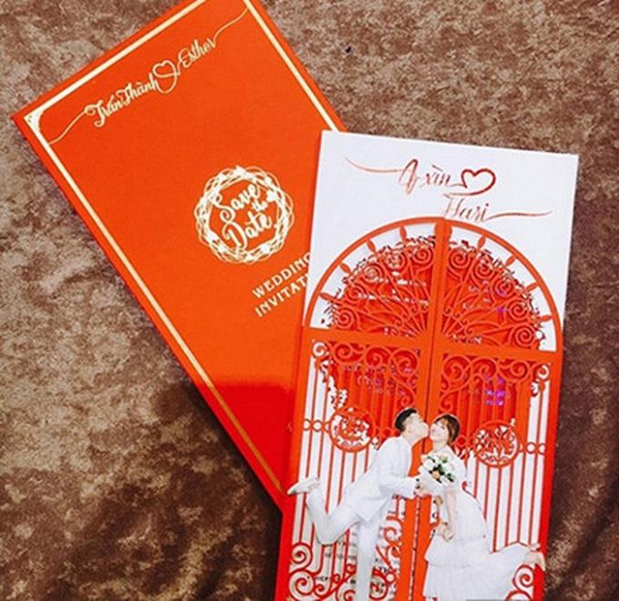 Các chi tiết trên bìa thiệp được ép kim mang phong cách cổ điển, sang trọng.