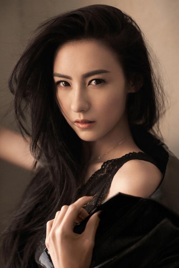 Trương Bá Chi - vợ cũ Tạ Đình Phong sinh ra tại Hong Kong có bố là người Trung Quốc còn mẹ là con lai giữa Trung và Anh. Năm 1998, qua đoạn quảng cáo trà chanh, nhan sắc và tài năng của cô được vua hài Châu Tinh Trì phát hiện. Vai diễn đầu tay Liễu Phiêu Phiêu của mỹ nhân nhận được sự đánh giá cao từ giới chuyên môn. Sau đó, sự nghiệp của Bá Chi lên như diều gặp gió khi cô liên tục được mời tham gia nhiều bộ phim. Năm 2006, nữ diễn viên kết hôn với tài tử Tạ Đình Phong khi đang ở đỉnh cao danh vọng. Cặp đôi có chung với nhau hai quý tử là Lucas và Quintus. Sau 5 năm chung sống hạnh phúc, cả hai đã quyết định đường ai nấy đi vì Đình Phong không thể quên Vương Phi. Hiện tại, Bá Chi cật lực làm việc và nuôi dưỡng hai con trai, quyết không động đến tiền của chồng cũ.
