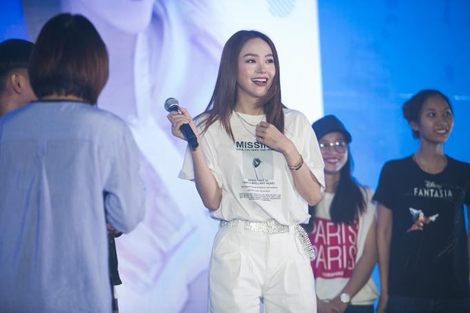Minh Hằng khiếnfan vô cùng thích thú khi bất ngờ cover ca khúc Rời bỏ của Hoà Minzy. Đây là mộtlần đầu tiên Minh Hằng cover ca khúc củamột ca sĩ khác trong buổi họp fan.