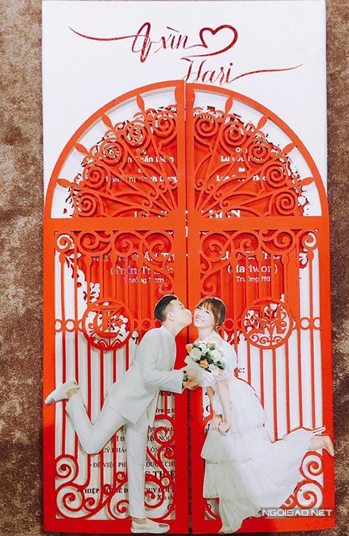 Mẫu thiệp cưới của cặp sao đình đám được in với giá 100.000 đồng/chiếc. Đây là mức giá khá cao so với mặt bằng chung.