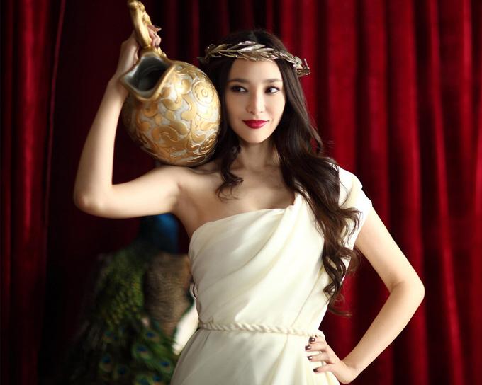 Ngô Bội Từ là nữ diễn viên - người mẫu sinh năm 1978 tại thành phố Tân Bắc, Đài Loan, mang trong mình hai dòng máu Trung - Mỹ. Cô từng góp mặt trong nhiều tác phẩm điện ảnh nổi tiếng như Vườn sao băng, Hợp đồng chia tay. Trước khi đến với nghiệp diễn xuất, cô từng làm người mẫu cho nhiều thương hiệu và tạp chí thời trang. Chuyện đời tư của cô và tỷ phú Hong Kong Kỷ Hiểu Ba (CEO của một công ty tài chính ở Hong Kong sở hữu khối tài sản hàng chục tỷ Đài tệ) cũng tốn không ít giấy mực của giới báo chí. Mặc dù đã sinh cho đại gia 3 người con nhưng đến giờ Ngô Bội Từ vẫn chưa được mặc váy cưới. Hiện tại, cô rút khỏi làng giải trí để tập trung chăm sóc cho bạn trai và con.
