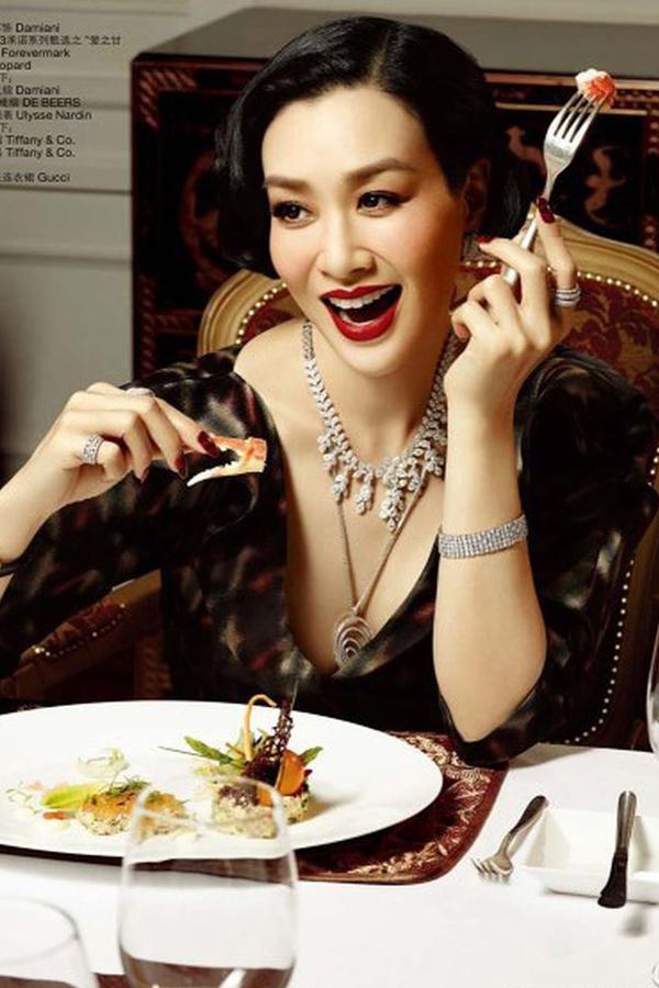 Chung Lệ Đề sinh ra tại Montreal, Canada có cha là người Việt gốc Hoa và mẹ là người Việt. Năm 2003, cô đăng quang ngôi vị quán quân tại cuộc thi sắc đẹp dành cho cộng đồng người Hoa có tên Miss Chinese International do đài TVB tổ chức. Với thân hình nóng bỏng và đôi mắt có hồn, Lệ Đề được nhiều nhà làm phim hành động mời góp mặt trong nhiều tác phẩm điện ảnh như Truyền thuyết người cá, Cận vệ Nam Trung Hải& Sự nghiệp diễn xuất gặt hái được nhiều thành công nhưng đường hôn nhân của người đẹp lại khá trắc trở. Ở tuổi 48, nữ diễn viên đã trải qua ba đời chồng và có ba bé gái. Hiện tại, Lệ Đề cung sống hạnh phúc với ông xã kém mình 12 tuổi dù không có con chung.