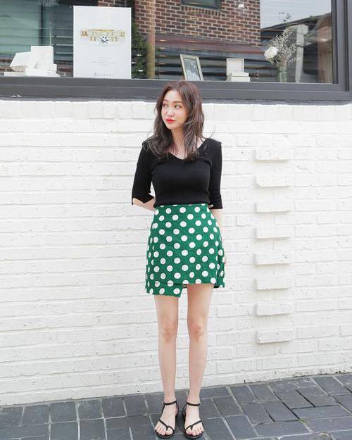 Khi mix trang phục, các cô nàng sành điệu thường chọn váy chấm bi đi cùng các kiểu áo trơn để cân bằng cho tổng thể.