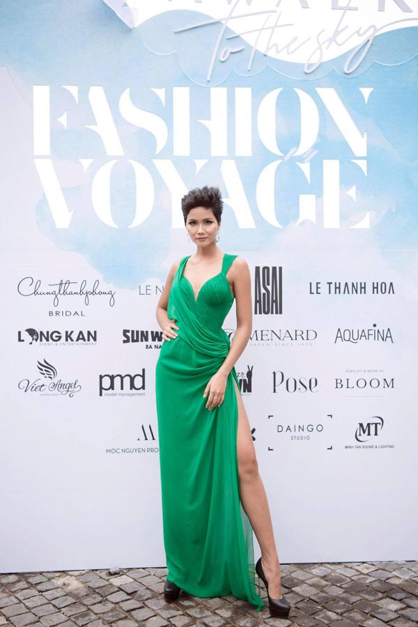 Hoa hậu Hoàn vũ Việt Nam 2017 HHen Niê diện đầmxẻ đùi táo bạo.