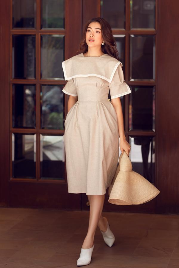 Lệ Hằng kết hợpnhà thiết kế Lâm Gia Khangthực hiện bộ ảnh mới. Lựa chọn những chiếc váy mang màu sắc cổ điển, Á hậu Hoàn vũ 2015hóa quý cô thanh lịch xuống phố.