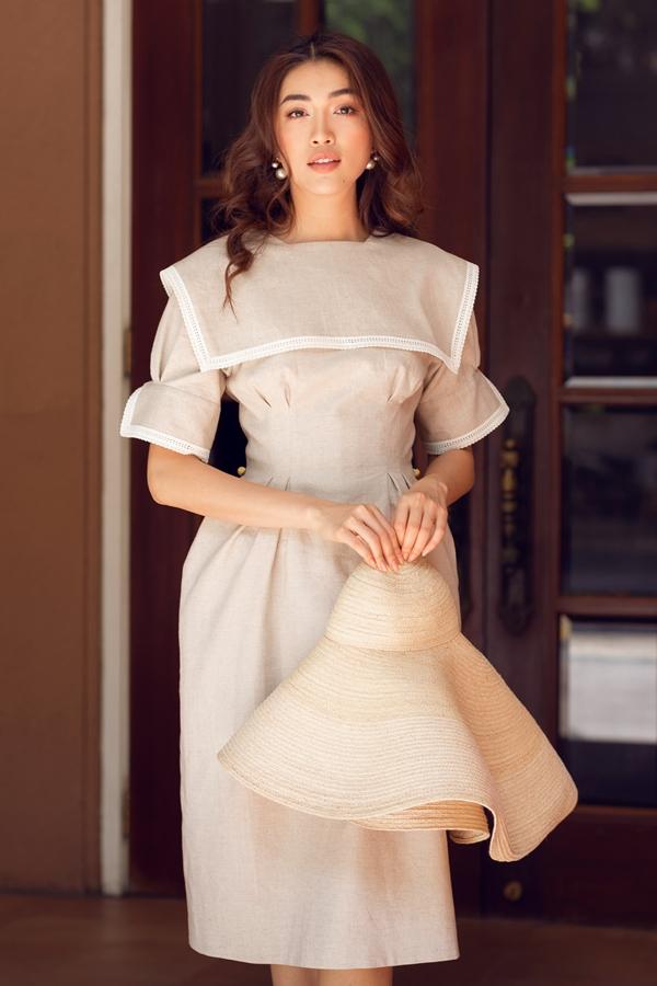 Những gam màu trung tính thịnh hành giúp tô điểm cho làn da trắng nổi bật của người đẹp. Cô phối thêmchiếc nón cói rộng vành, phù hợp tổng thể ngoại hình.