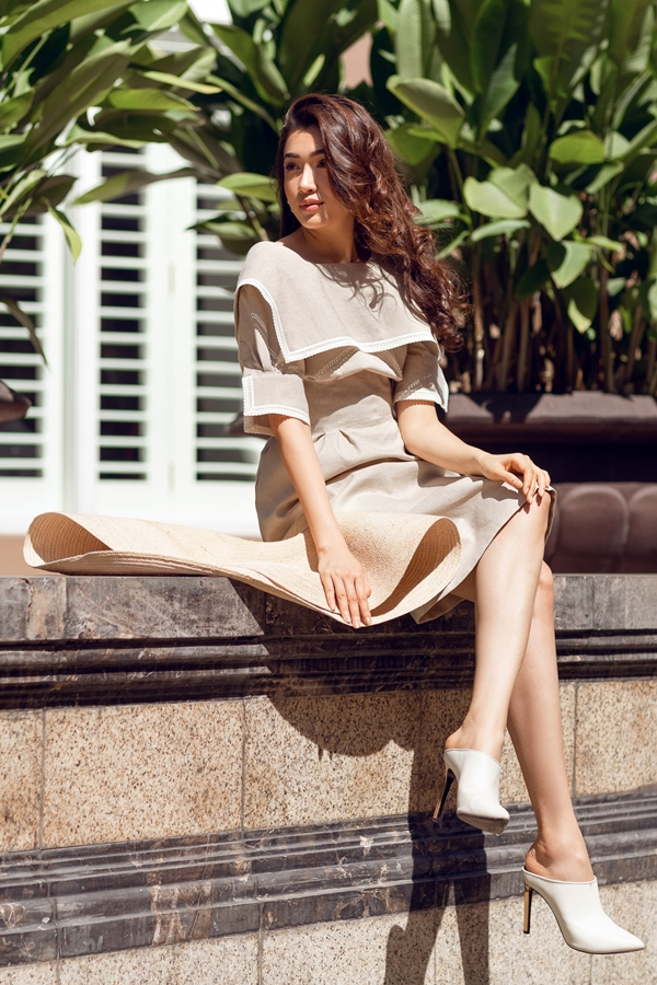 Một đôi giày cao gót điệu đà là điểm nhấn khó bỏ qua của set đồ.