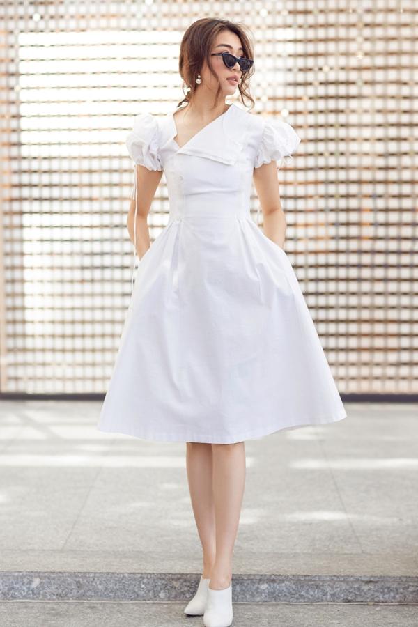 Phần tay phồng và chi tiết cổ áo gấp nếpgiúp chiếc váy chữ A quen thuộc trở nên thu hút hơn.