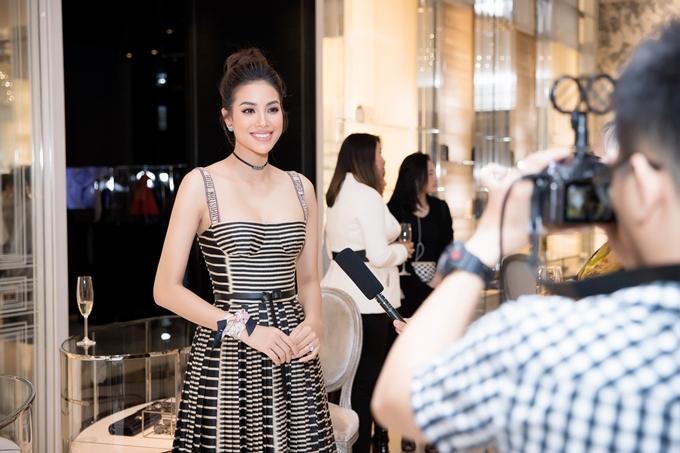 Dù đã đăng quang 3 năm, Phạm Hương vẫn là Hoa hậu nhận được nhiều chú ý và săn đón. Đầu tháng 5, cô thử sức lĩnh vực thiết kế và trình làng bộ sưu tập đầu tay.