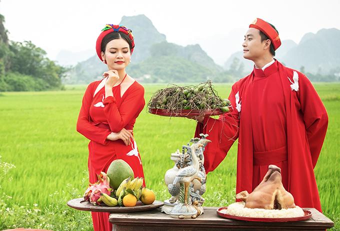 Tiến Lộc dùng mâm trầu cau vốn là đạo cụ của MV để hỏi cướiPhạm Phương Thảo. Nữ ca sĩ cũng sẵn sàng tung hứng với đàn emkhi diễn xuất như cặp vợ chồng mới cưới.