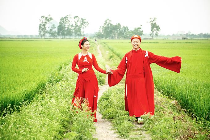 Tiến Lộc và Phạm Phương Thảo có nhiều khoảnh khắc vui vẻ tại hậu trường quay MV Chàng vinh quy. Bộ đôi tranh thủ lúc chờquay để lưu lại khoảnh khắc dạo chơi trên cánh đồng lúa mênh mông của Đồng bằng Bắc Bộ.
