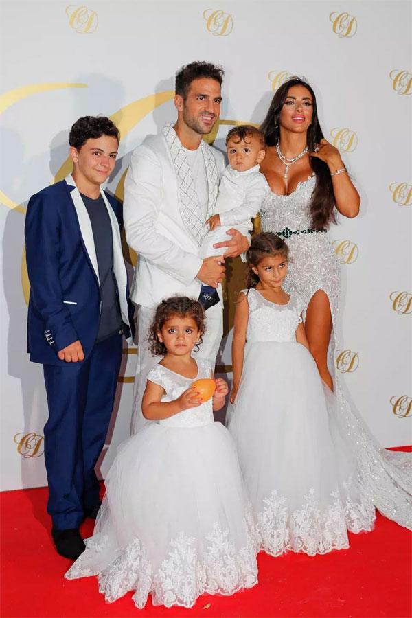 Năm 2011, Fabregas và bà xã gặp nhau lần đầu tại nhà hàng Nhật ở London. Con trai của Daniella Semaan là fan cuồng của tiền vệ người Tây Ban Nha và là người mai mối đầu tiên cho mối tình. Trong ảnh, cậu nhócgiờ về sống cùng Fabregas. Trong tiệc cưới, con gái lớn của cô dâu không có mặt.