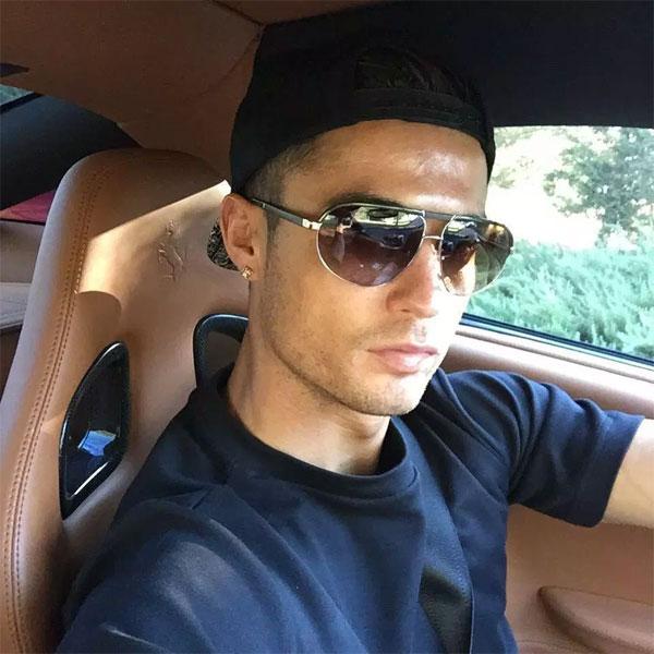 Anh cầm lái Ferrari với phong cách ngầu.