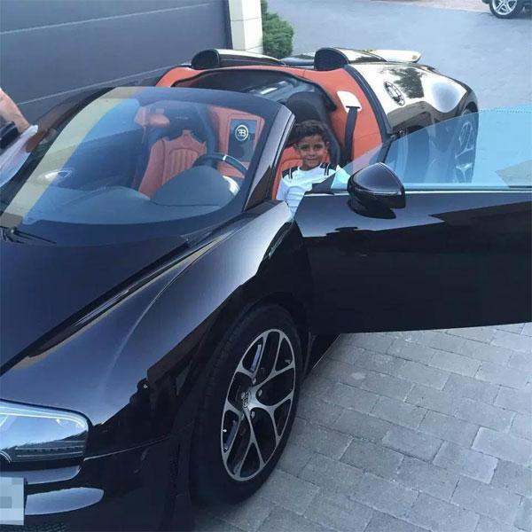 Con trai Cristiano Jr ngồi trên siêu xe Bugatti.