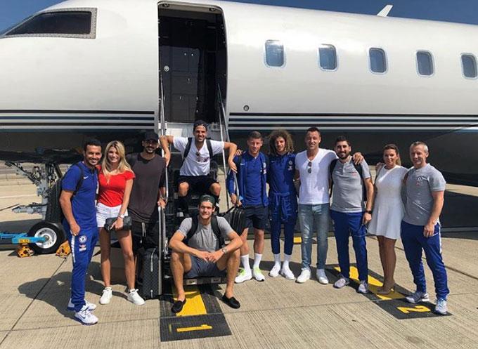 Nhóm bạn thân của Fabregas thi đấu cho Barca và Chelsea chuẩn bị lên chuyên cơ để di chuyển đến địa điểm tổ chức buổi tiệc.