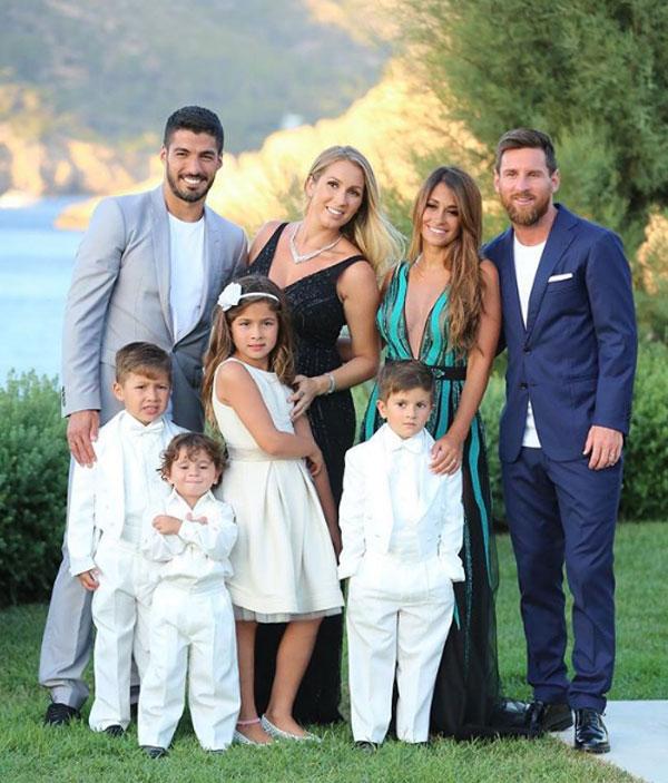 Vợ chồng Messi và Suarez cũng có hình ảnh chụp chung khi cùng đến dự sự kiện.