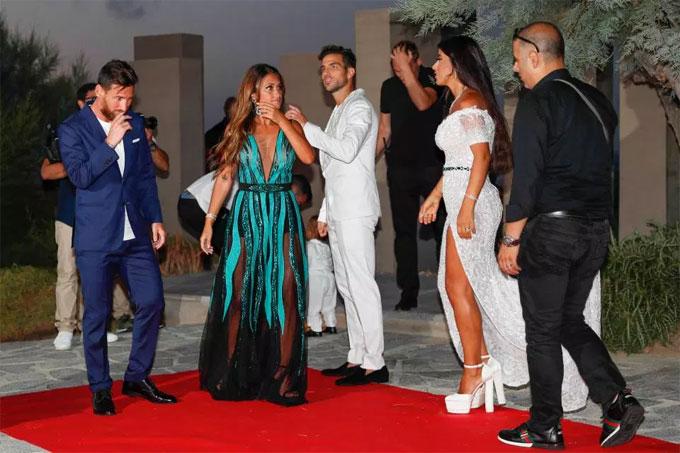 Fabregas và vợ chào đón các vị khách mời. Tiệc sau đám cưới của F4 được tổ chức tại một khu resort hạng sang tại đảo Ibiza.