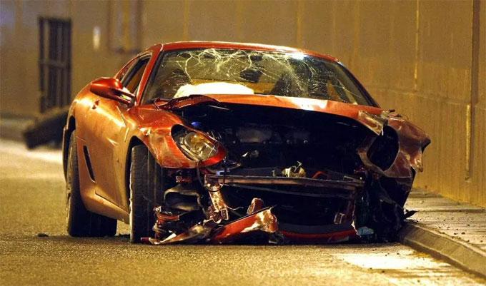 C. Ronaldo từng gặp tai nạn khi đánh lái Ferrarid đỏ đâm vào lề đường bên ngoài sân bay Manchester năm2009.