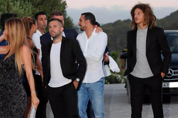 Nhiều cầu thủ Chelsea và Barca có mặt góp vui. Không ít ngôi sao sân cỏ đang chọn Ibiza là nơi để nghỉ mát trước khi mùa giải mới bắt đầu.