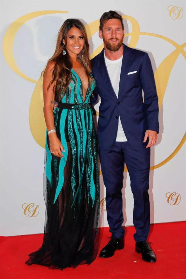 Messi và Antonella Roccuzzo là khách VIP của tiệc sau đám cưới của đồng đội cũ cùng bà xã DaniellaSemaan. Hai cặp vợ chồng chơi với nhau từ lâu và vẫn giữ mối quan hệ đặc biệt dù Fabregas chuyển tới Chelsea thi đấu.