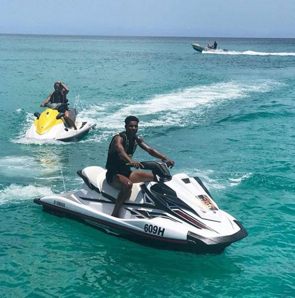 Anh giải trí với trò canô nước tại Barbados.