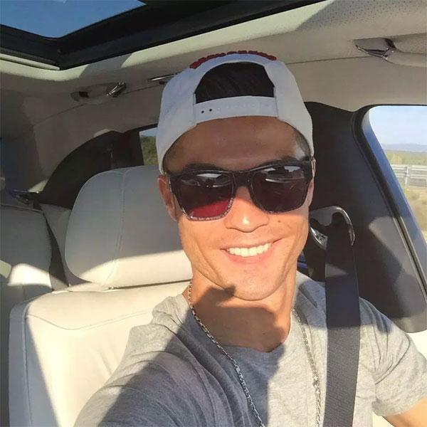 C. Ronaldo thỉnh thoảng tạo dáng selfie khi lái xe.