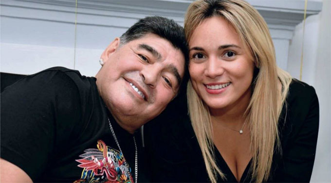 Maradona muốn gắn bó với người tình trẻ. Ảnh: NS.