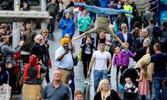 Quốc Cơ - Quốc Nghiệp gây chú ý khi diễn xiếc trên đường phố Anh