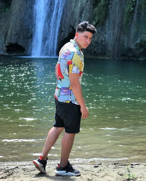 Rapper Don Day được nhiều người hâm mộ tại Ecuador. Anh chụp ảnh tại thác nước trước khi xảy ra tai nạn. Ảnh: Instagram.