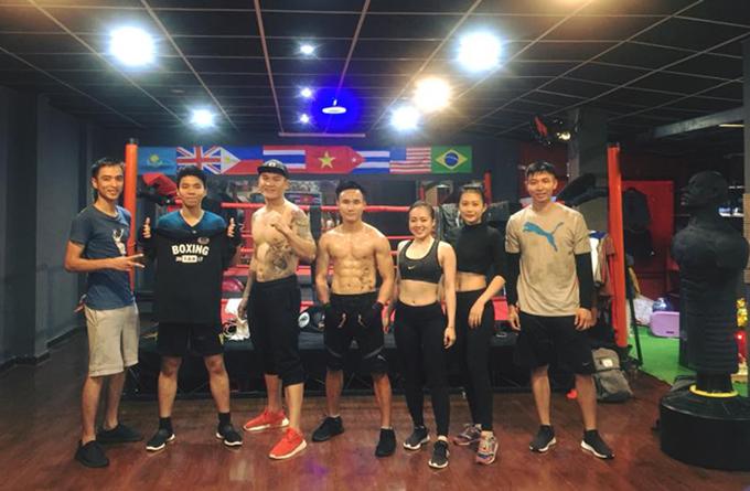 Trương ĐÌnh Hoàng (giày cam) và các học viên tại CLB của anh ở Buôn Ma Thuột.