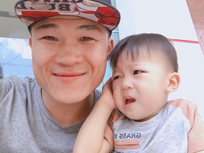Trương Đình Hoàng và cậu con trai sắp hai tuổi.
