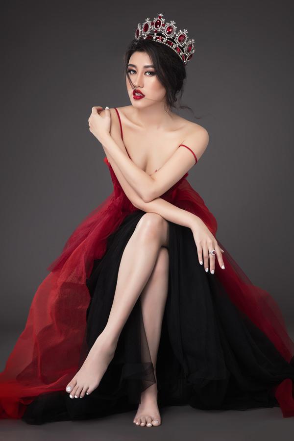 Emily Hồng Nhung hiện lấn sân sang lĩnh vực thiết kế nhưng thỉnh thoảng vẫn làm mẫu ảnh.