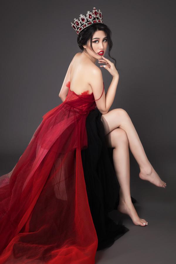 Người đẹp sinh năm 1992 tự tin phô lưng trần, chân dài trước ống kính.