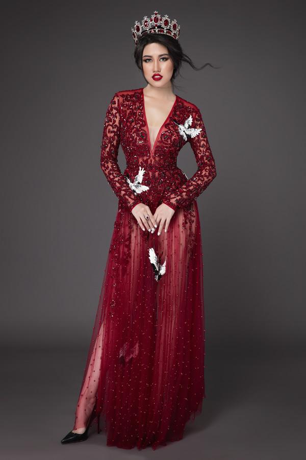 Cô thích diện các mẫu váy may bằng chất liệu xuyên thấu, mềm mại để tôn đường cong cơ thể.
