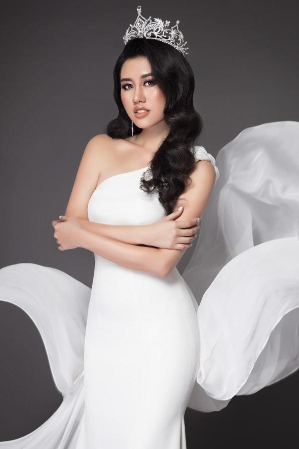 Bộ ảnh do stylist Tô Quốc Sơn, chuyên gia trang điểm Phúc Nghĩa, tạo mẫu tóc Võ Cường, trang phục của Tùng Vũ, Emile hỗ trợ thực hiện.