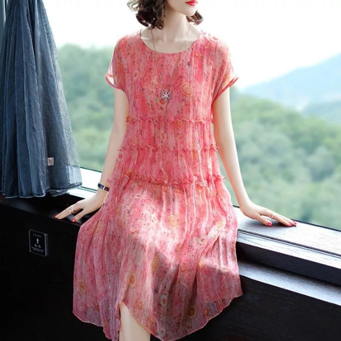 Đầm suông là chiếc váy đa năng phù hợp với nhiều vóc dáng. Với những chị em chiều cao từ 1,5m và cân nặng trên 50kg, thiết kế này giúp khéo léo che đi khuyết điểm.