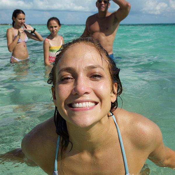 Alex đăng ảnh tắm biển cùng J.Lo và hai con gái anh.