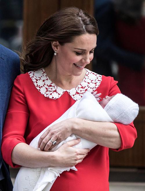 Kate giới thiệu con trai Louis với người hâm mộ đứng chờ phía ngoài bệnh viện chỉ 7 tiếng sau ca sinh nở. Ảnh: Times Newspapers LTD.