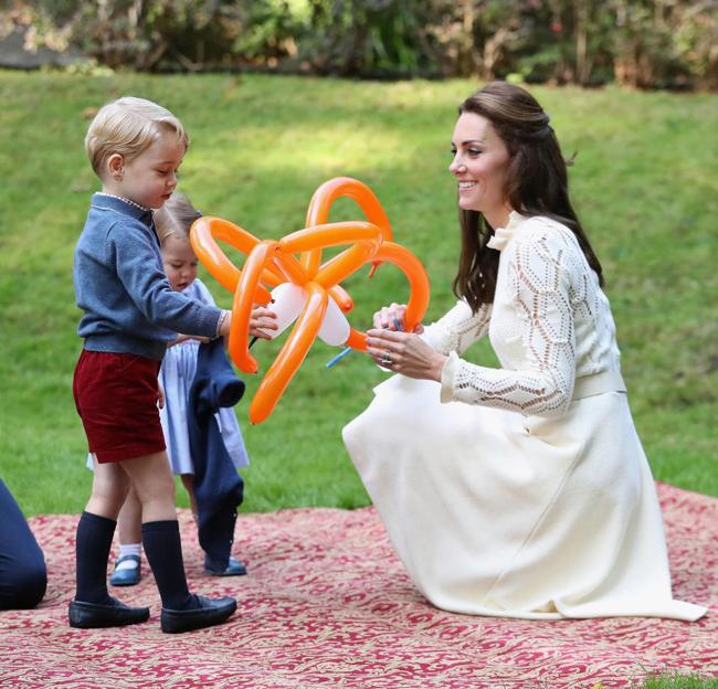 Công nương Kate thường xuyên đưa hai con ra ngoài chơi để các con có cuộc sống bình thường như bao trẻ khác. Ảnh: PA.