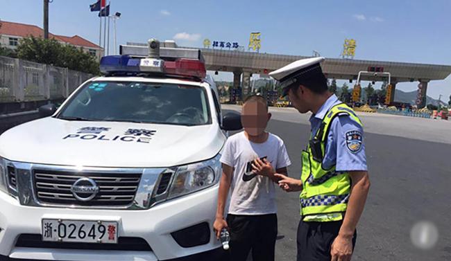 Cảnh sát không thể dò hỏi được thông tin từ cậu bé thiểu năng khi tìm thấy cậu trên đường cao tốc. Ảnh: qq.com