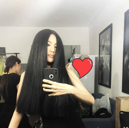 Lan Khuê khiến nhiều người giật mình khi đội tóc giả dài màu đen.