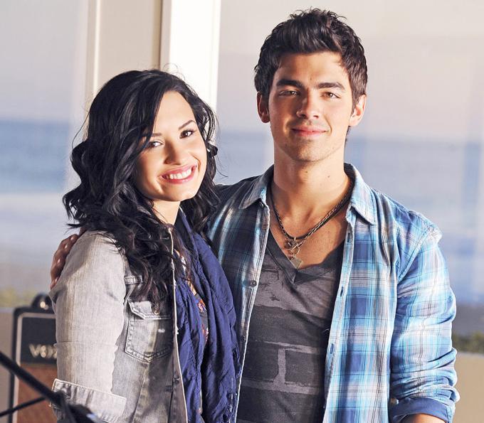 Bạn trai của Demi khi ấy là Joe Jonas biết cô vướng vào nghiện ngập và đã khuyên nhủ nữ ca sĩ từ bỏ để không ảnh hưởng tới sự nghiệp. Tuy nhiên, Joe đã không thể giúp gì được Demi và hai người chia tay vào tháng 5/2010.