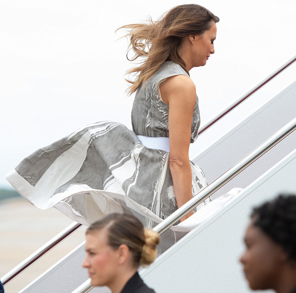 Phần chân váy của phu nhân Tổng thống Mỹ bị gió hất tung. Ảnh: AFP.
